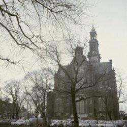 De oostgevel van de Westerkerk, gezien vanaf de Keizersgracht en de Westermarkt
