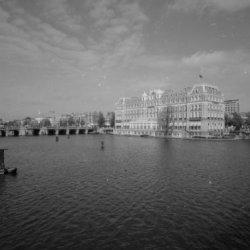Prof. Tulpplein 1. Amstel Hotel en panden aan de Amstel