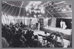 Opvoering in de tent van Theaterstraat Lopend Vuur op het Zaandammerplein