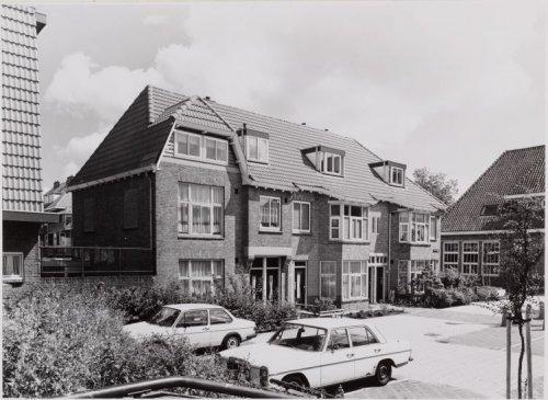 Rietzangerweg 10-2 (v.l.n.r.)Links Adelaarsweg 78. Rechts ...