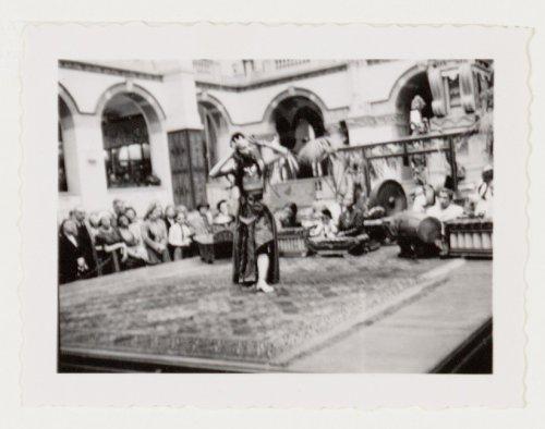 titel interieur van het koloniaal instituut thans koninklijk instituut voor de tropen mauritskade 63 met een optreden van een javaans gamelanorkest