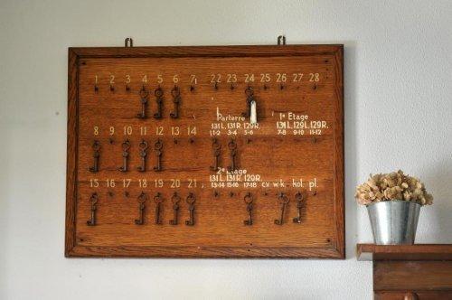 Beeldbank stadsarchief amsterdam bord met sleutels in de hal bij