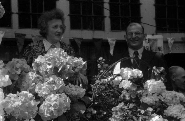 Huldiging van Aloisia (Wies) Hoffmann op het Kattengat aan de vooravond van de Bevrijdingsfeesten (26-28 juni 1945)