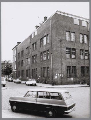 Kininefabriek op de hoek van de Vander Duijnstraat en de Van Beuningenstraat