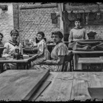 Vijf onbekende vrouwelijke arbeiders in passementfabriek J.F. Segers en Zn., mak…