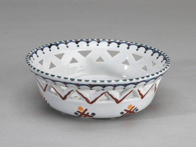 Welp Vergiet of fruitschaal van aardewerk. OP-94