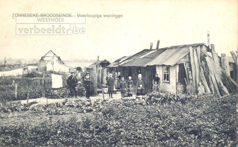 Zelf in elkaar getimmerde woningen te Zonnebeke.