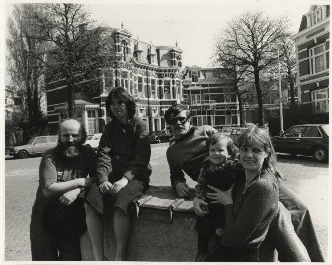 Emmapark, gezien vanuit de Adelheidstraat, met een afvaardiging van 'Boze Emma', v.l.n.r. Arthur Hesselbach, Irene Cohen en Jos de Graaf met vrouw en kind (1980)