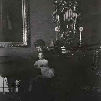 Jkvr. Louise van de Poll met prinses Juliana aan de vleugel, juli 1910