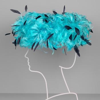 Blauwe hoed met veren