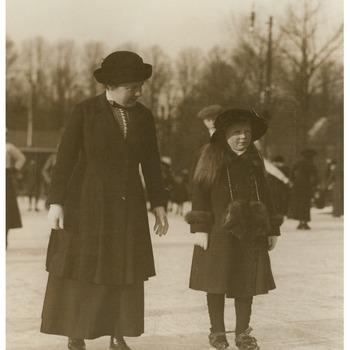 Koningin Wilhelmina en prinses Juliana op de schaats, 1917