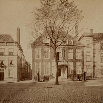 Het huis van Prins Alexander (1851-1884) aan de Kneuterdijk, circa 1875