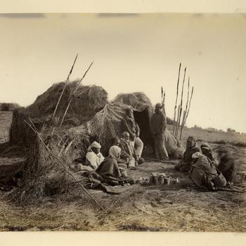 Een groep Aborigines bij hun hutten, circa 1870-1878