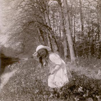 Prinses Juliana, fluitenkruid plukkend, waarschijnlijk voorjaar 1916