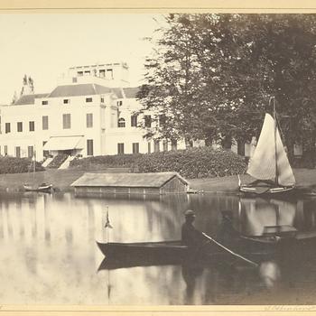 Spelevaren op de vijver achter Paleis Soestdijk, 1865