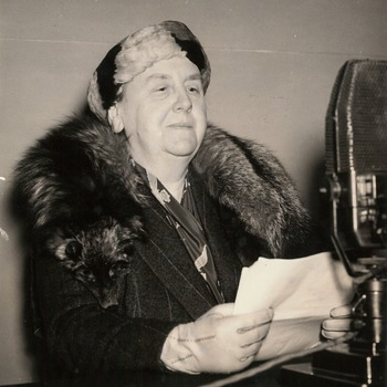 Koningin Wilhelmina tijdens een radiotoespraak, omstreeks maart 1942