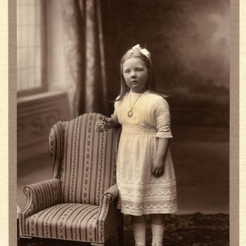 Prinses Juliana bij een kinderfauteuil, 1914