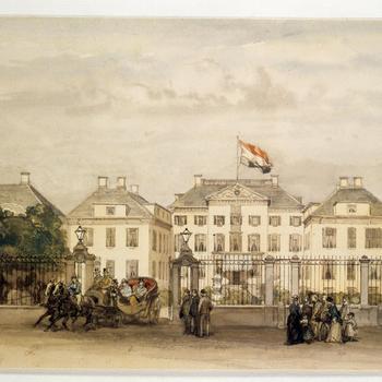 Koning Willem III rijdt de poort voor Paleis Het Loo uit in een open rijtuig, circa 1875