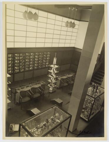 interieur schoenenwinkel in het gebouw coperatie de volharding