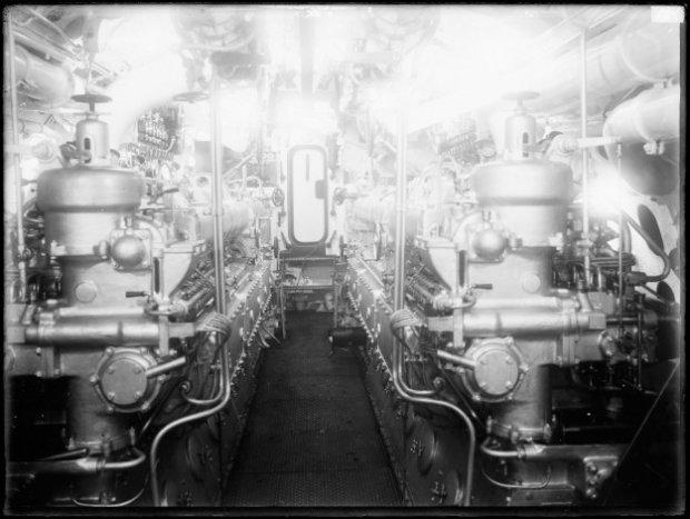 interieur van hrms onderzeeboot o 11 1926 1940 machinekamer met de twee sulzer dieselmotoren type 2 takt 6 cilinders 6q28