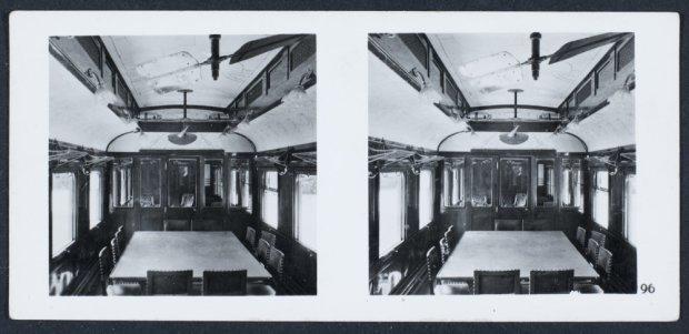 interieur van de treinwagon van maarschalk foch waarin in 1918 en 1940 de wapenstilstandsonderhandelingen plaatsvonden aan het eind van de tweede