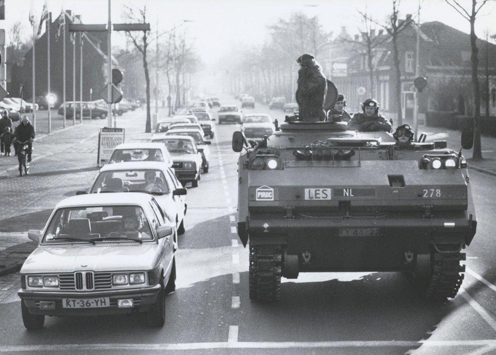 Leerlingen van het Pantser Infanterie Rij Opleiding Centrum (PIROC) tijdens een rijles met een YPR-765 pantserrupsvoertuig in stadsverkeer.
