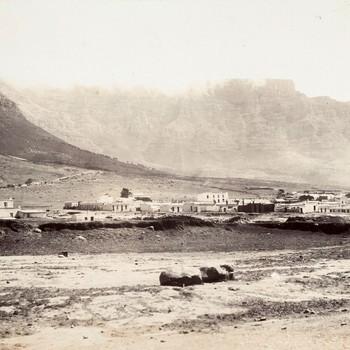 Het strand en daarachter bebouwing bij Kaapstad