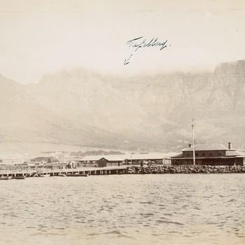 Kust bij Kaapstad met de Tafelberg op de achtergrond