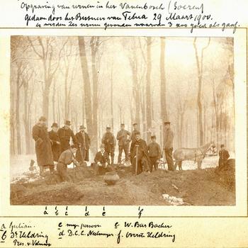 Opgraving van urnen in het Vanenbosch (Soeren)