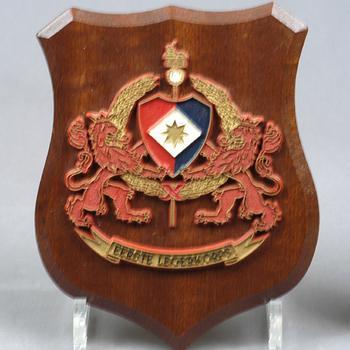 kunststof gedenkschild op houten paneel met het wapen van het Eerste Legerkorps, jaren 60/70 20e eeuw