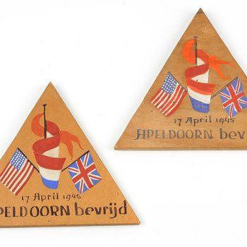houten herinneringsbordjes bevrijding apeldoorn 17 april 1945