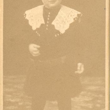 Kinderportretfoto van een jongen in jurk