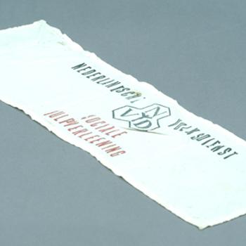 kunstzijden mouwband met opschrift: 'Nederlandsche Volksdienst/Sociale Hulpverlening, 1940-'45