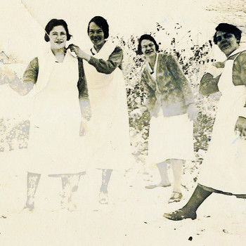 Ziekenverpleegsters van het Apeldoornsche Bosch, Apeldoorn, in de sneeuw