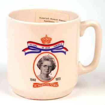 herinneringsbeker van keramiek ter gelegenheid van het 25 jarig regeringsjubileum Koningin Juliana, september 1973.