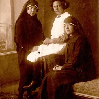 Drie ziekenverpleegsters van het Apeldoornsche Bosch, Apeldoorn