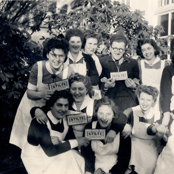Klassenfoto ziekenverpleegsters in de tuin van het Apeldoornsche Bosch, Apeldoorn