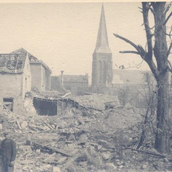 Foto van de schade na het bombardement van 23 maart van de Kerkstraat/Turmac in Zevenaar aan het einde van de oorlog in april 1945