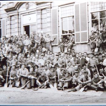 Reproductie van een foto van een groep werklieden (z.g.n. spitters) voor 'Kasteel Enghuizen'