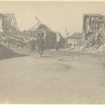Foto van vernieling aan het einde van W.O. II in het centrum na de ontploffing op 3 april 1945, te Zevenaar, gemaakt april 1945.