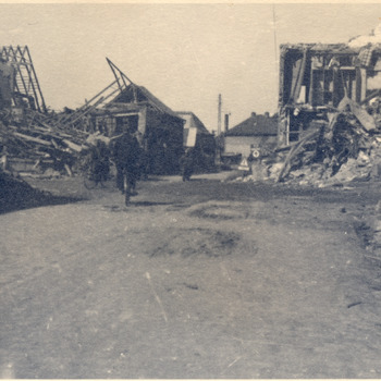 Foto van oorlogsschade in het centrum van Zevenaar, april 1945