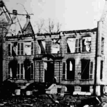 Foto van Kasteel Enghuizen in 1945, met opgelopen oorlogsschade.