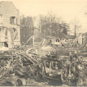 Foto van het bombardement van de sigarettenfabriek Turmac in Zevenaar in de winter 1944-1945