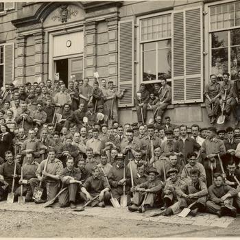Foto van een groep werklieden (z.g.n. spitters) voor 'Kasteel Enghuizen'