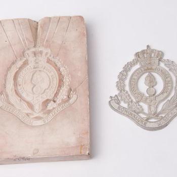 Mal van rubber en tinnen afgietsel van Koninklijke Marechaussee, vermoedelijk vervaardigd door Daalderop te Tiel
