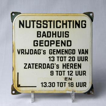 Mededelingenbord van de Nutsstichting Badhuis Tiel, 1950-1960