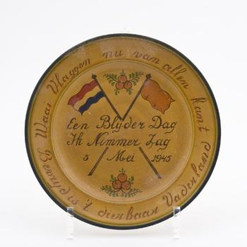 Gedenkbord van aardewerk, vervaardigd t.g.v. de bevrijding, 5 mei 1945