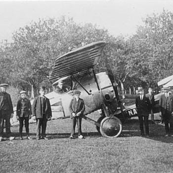 Vliegtuigen in boomgaard te Tiel