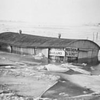 Het huisje van rederij v.d.Schuyt verzonken in bevroren rivier, 1939-1940