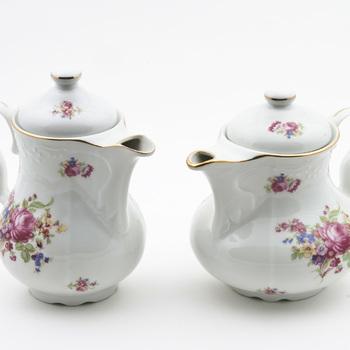 Koffie- en theeservies met vergulde biezen en bloemendecor, 19e eeuw